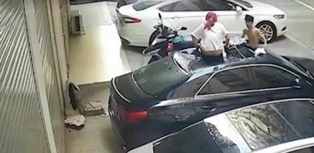 Полуголая девушка выпала из окна на крышу машины во время секса