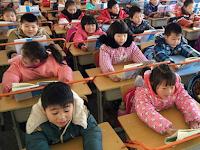 Sekolah SD di Zhan Lin Cina, sengaja pasang besi di meja siswa demi cegah rabun jauh
