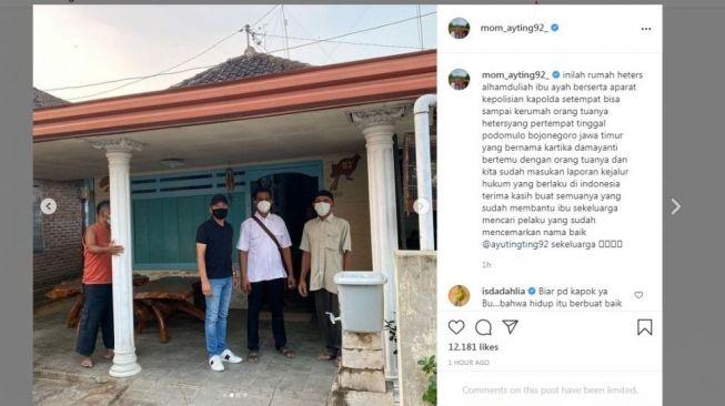 Abdul Rozak ayah Ayu Ting Ting saat berada di rumah heters di Jawa Timur. [Instagram]