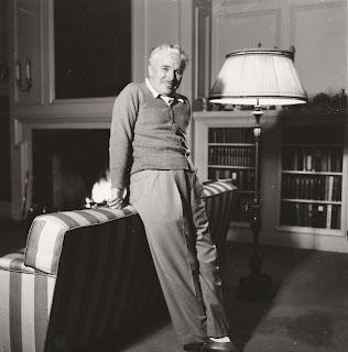 Чарльз Чаплин в своем доме в Беверли Хиллз, 1946 г.