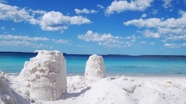 putihnya pasir di Hyams Beach sangat kontras dengan birunya langit