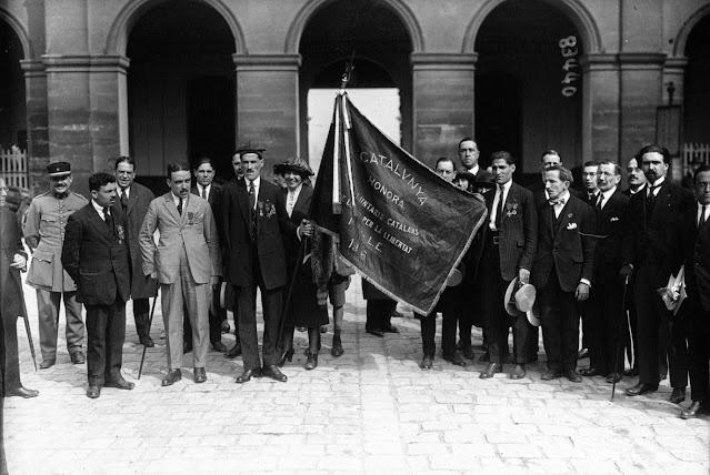 Ofrena de la senyera dels voluntaris catalans al Musée de l'Armée de França, a París. 1920