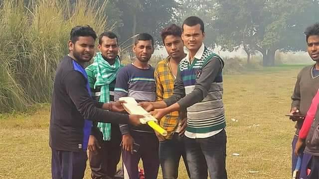 Mithilesh%2BKumar%2BRajbhar नववर्ष के अवसर पर मिथिलेश कुमार राजभर ने युवाओं को बल्ला भेंट दिया।