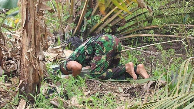 Bikin Haru, Anggota TNI Shalat Beralaskan Daun di Sela Tugas Padamkan Api Karhutla