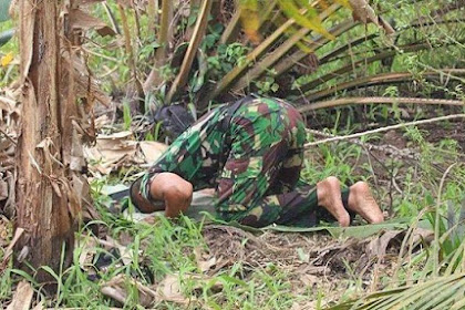 Bikin Haru, Anggota TNI Sholat Beralaskan Daun di Sela Tugas Padamkan Api Karhutla