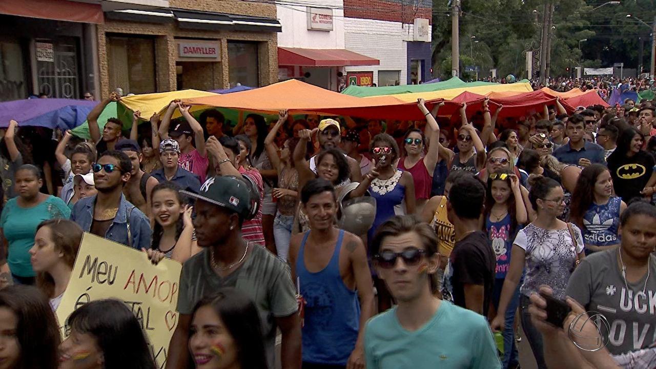 Parada LGBT toma conta das ruas de Campo Grande