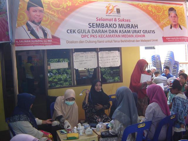 Sambut Milad ke 19, PKS Medan Johor Tebar Paket Sembako Murah
