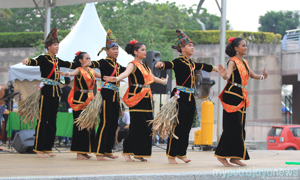 sumazau dance essay Kadazan elders to perform the traditional wedding rite cultural ensemble and troupe performing the festive sumazau dance with guest participation.