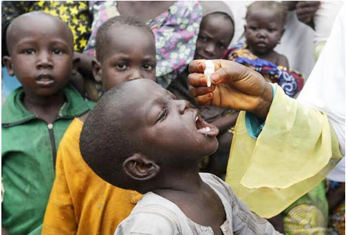 Funcionarios de salud administran la vacuna contra la poliomielitis a niños en el campo de refugiados en Maiduguri, Nigeria, 28 de agosto de 2016 (AP Photo / Sunday Alamba)