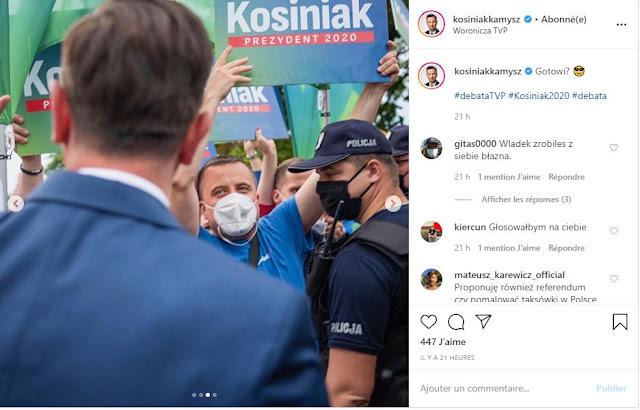 Zwolennik kandydatury Władysława Kosiniaka-Kamysza trzyma baner na wiecu wyborczy
