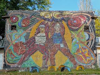 Донецьк. Школа № 5. Мозаїчне панно «Прометей»