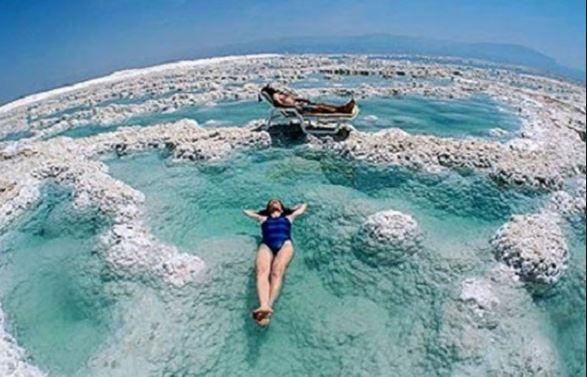 Δείτε τι συμβαίνει όταν κολυμπάτε στη ..Νεκρά θάλασσα!!! (βίντεο)