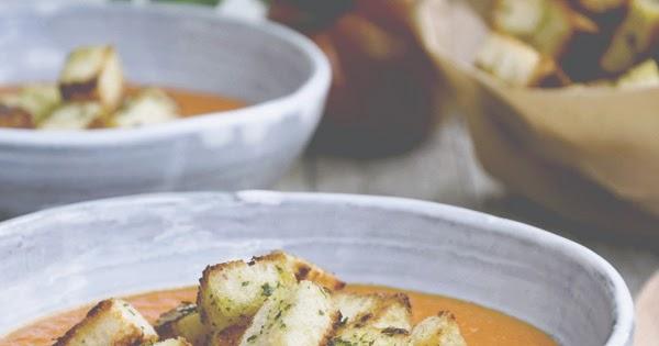 Crema di pomodori e peperoni al forno con crostini al basilico