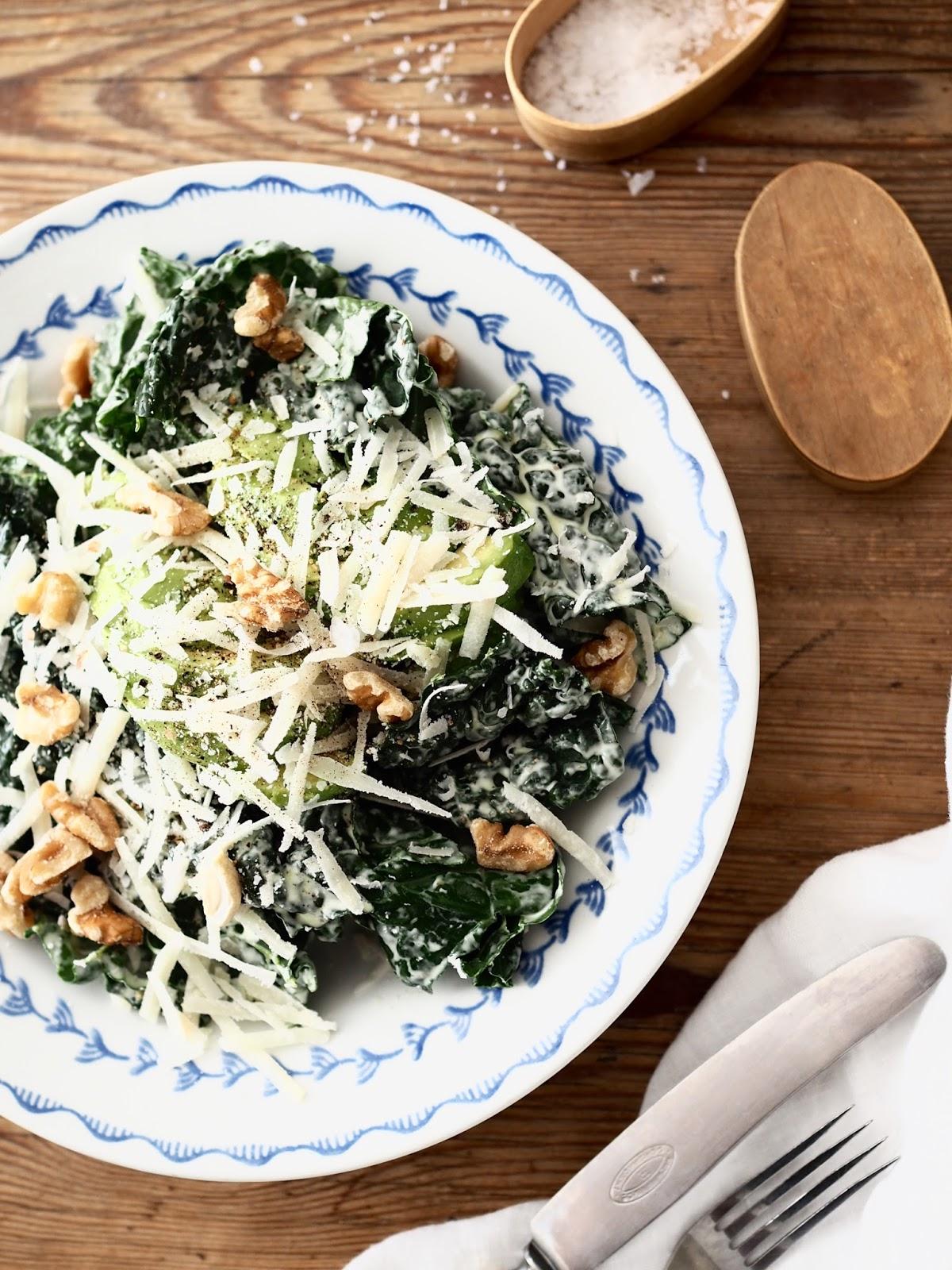 Caesarsalaatti, caesarsalaatti mustakaalista, mustakaalisalaatti, lehtikaalicaesar, gluteeniton caesarsalaatti