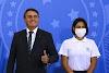 Bolsonaro concede medalha para a própria esposa.