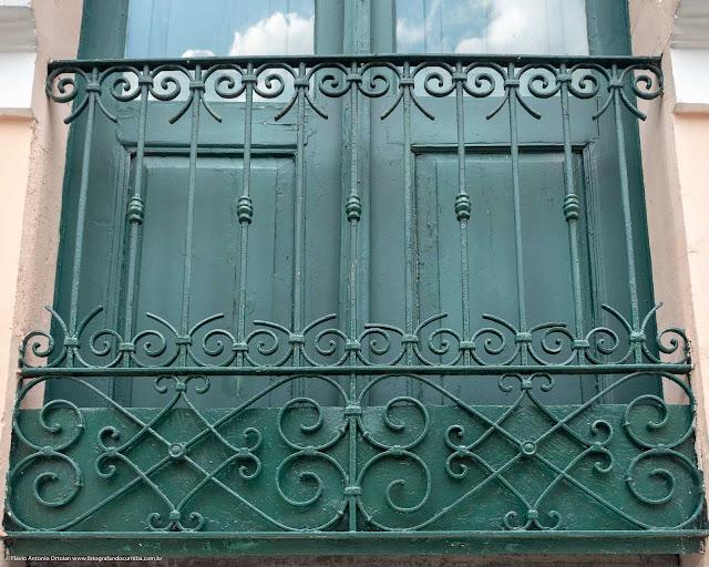 Detalhe de uma casa antiga na Rua Paula Gomes - sacana de grade
