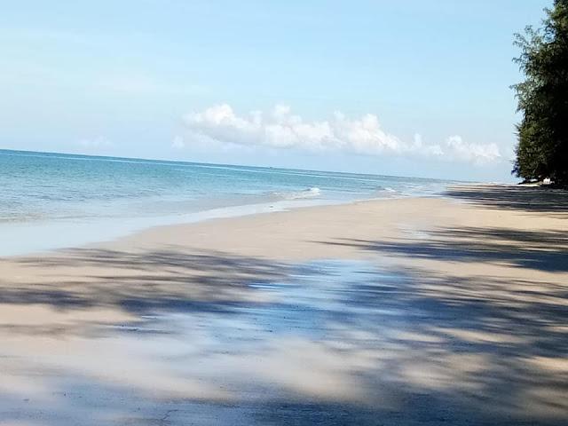 หาดบานชื่นมีจุดเด่นที่มีศาลาไว้ให้บริการนักท่องเที่ยว