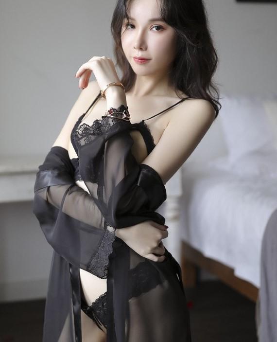 Áo choàng kèm bộ đồ lót hở ngực hở đáy sexy
