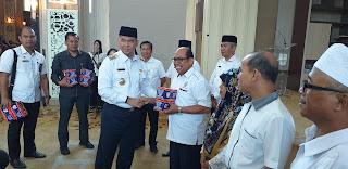 Walikota Jambi Bagi Masker Usai Pimpin Rapat Antisipasi Dampak Kabut Asap Kepada Kepsek SD dan SMP Swasta Se-Kota Jambi .