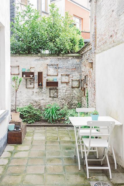 Bilderrahmen und Spiegel im Garten - erweitern die Aussicht der Terrasse ungemein, leichte Dekoration zum Selbermachen