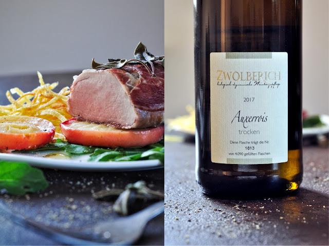 Schweinefilet im Schinkenmantel auf geschmorten Apfelscheiben mit Rukola und Kartoffelstroh plus Auxerrois