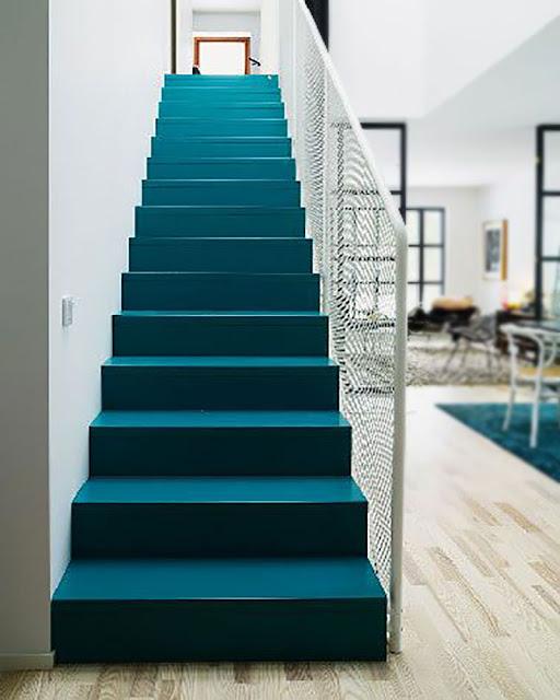 escalier peint en couleur vive
