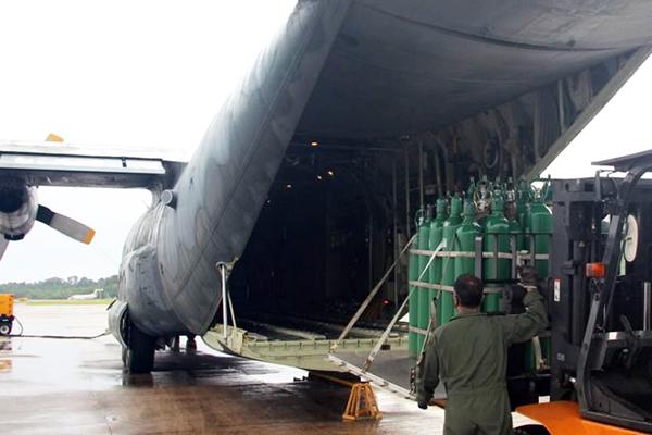 Carregamento de oxigênio – Foto: Divulgação/Aeronáutica