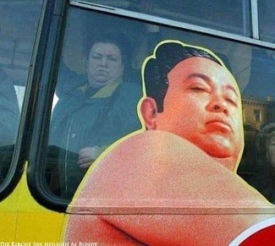 Witzige Frauenbilder - Fette Frau im Bus neben Werbung lustig