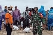 TNI Bersama Warga Gotong Royong Membuat Tanggul Darurat Atasi Luapan Air Sungai Suruni di Sayung