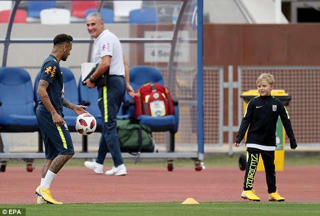 Neymar ăn vạ mua vui cho đồng đội 8