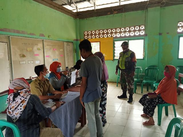 Babinsa Koramil 0711 Cibadak Kawal Pembagian Bansos Tahap 10 Di Desa Cicantayan