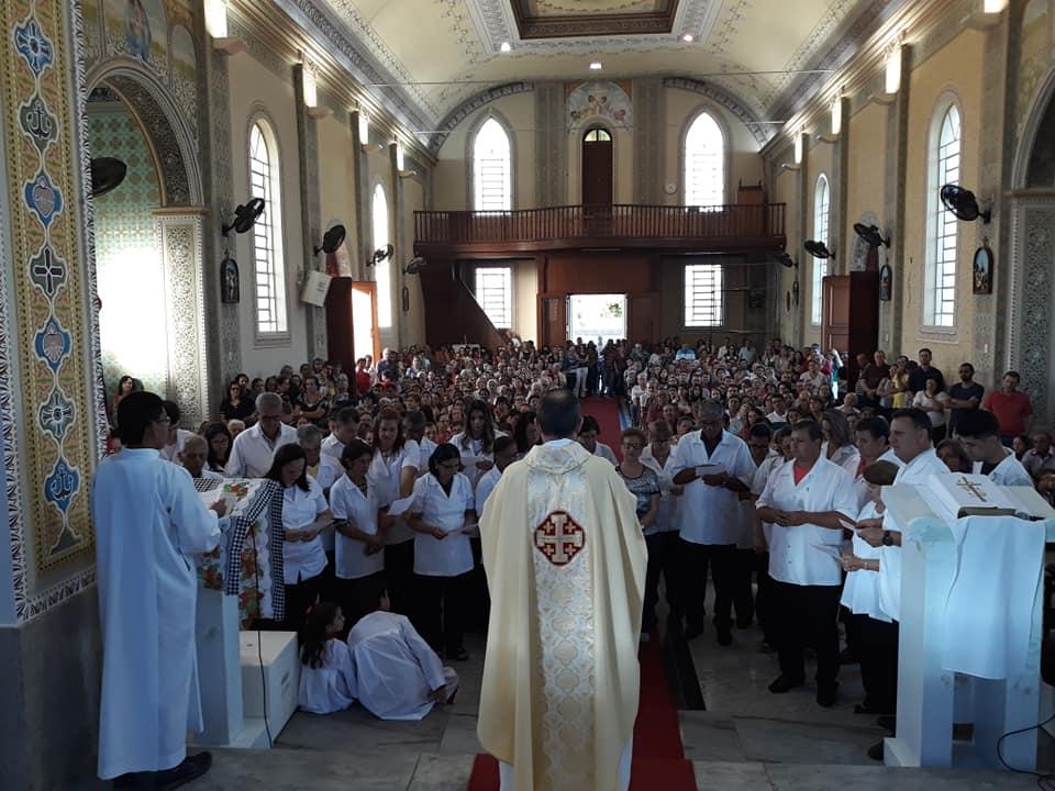 Fieis lotam igreja Matriz de Cajobi e participam da procissão de Corpus Christi