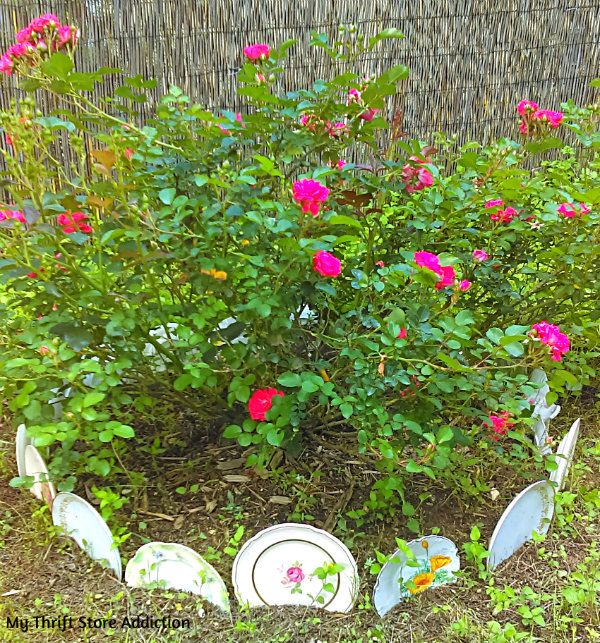 Rings Around the Rosies: 3 Repurposed Garden Borders mythriftstoreaddiction.blogspot.com Yard sale and thrift store plates create a cottage garden border
