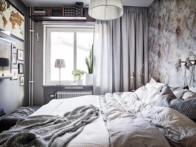 szare zasłony, szara pościel, tapeta w stylu skandynawskim w sypialni