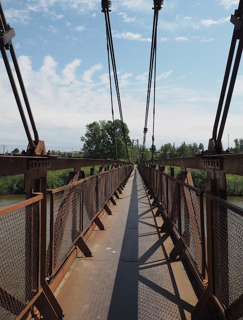 Подвесной вантовый пешеходный мост через Иню - о.п. Льнозавод.