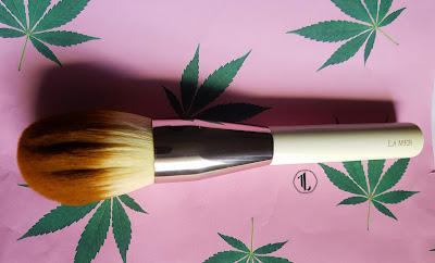 La Mer The Powder Brush - www.modenmakeup.com