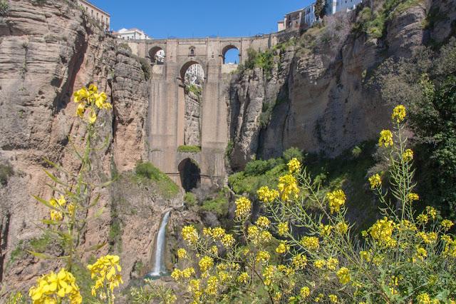 Vista da Puente Nuevo, no Tajo de Ronda, parte da Andaluzia, na Espanha.