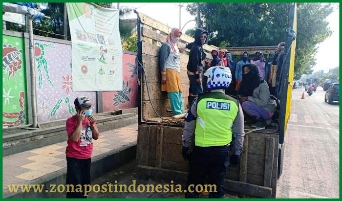 Polantas Berhentikan Truk Angkut Penumpang, Sopir Ditegur dan Diberi Masker