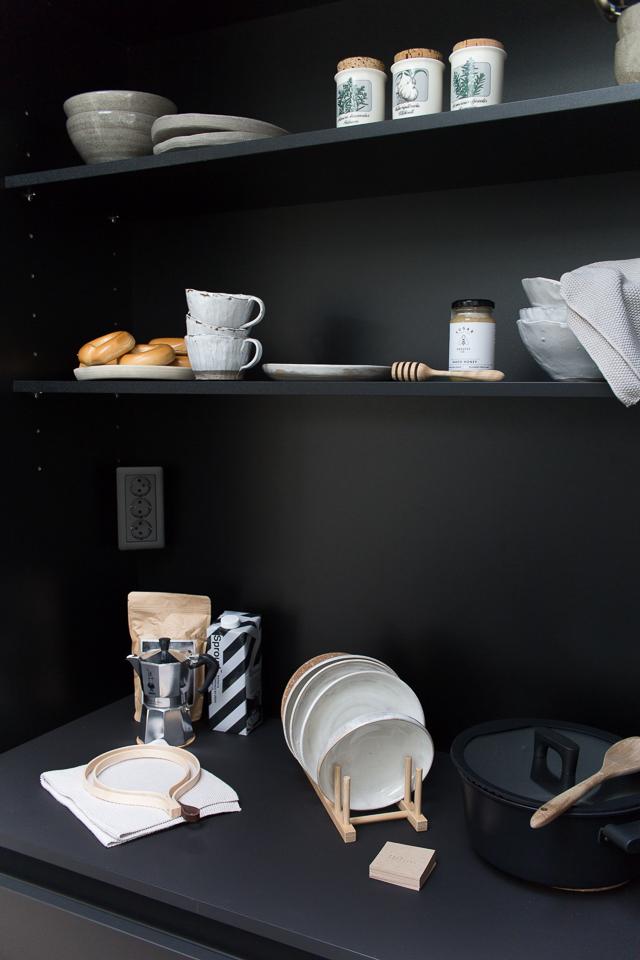 aamiaiskaappi, musta keittiö