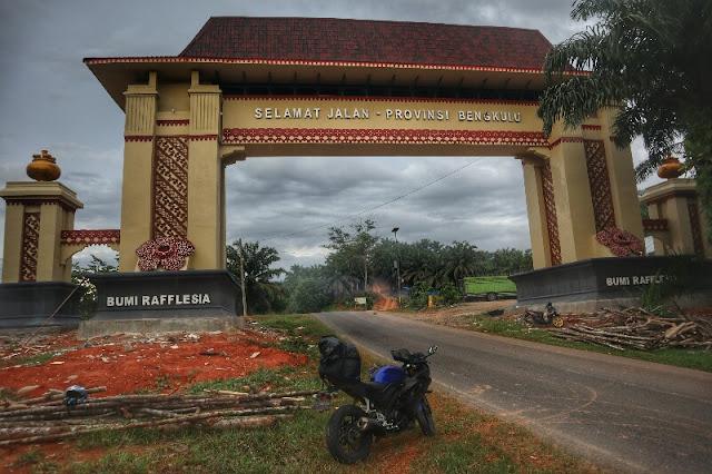 Tugu Perbatasan provinsi Bengkulu dengan Sumbar