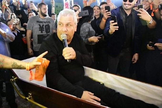 SIKERA JUNIOR: Chega em caixão e é o novo apresentador de TV em Manaus.