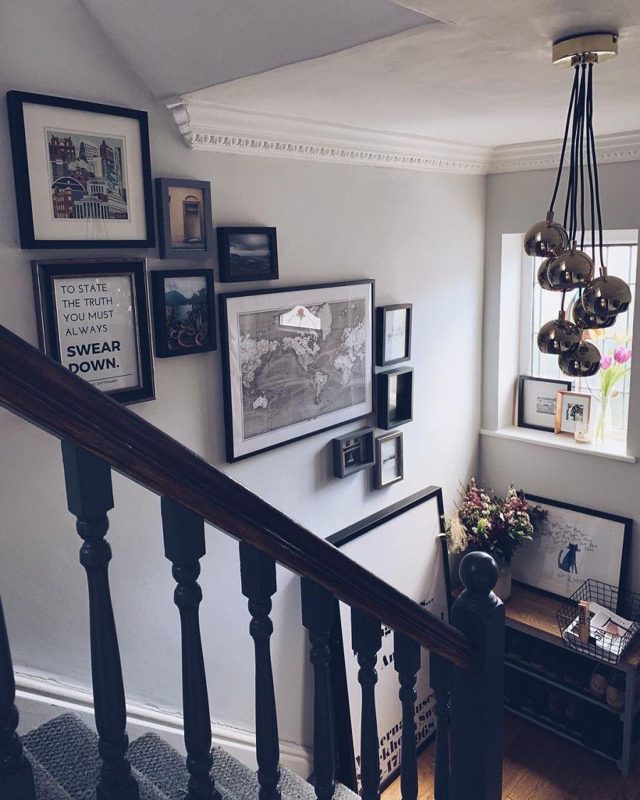 Przytulne mieszkanie urządzone w myśl filozofii hygge, wystrój wnętrz, wnętrza, urządzanie domu, dekoracje wnętrz, aranżacja wnętrz, inspiracje wnętrz,interior design , dom i wnętrze, aranżacja mieszkania, modne wnętrza, hygge, styl skandynawski, Scandinavian style, schody, galeria plakatów