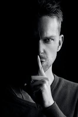 Un tip care îți face semn să taci - foto de Sammy Williams - unsplash.com