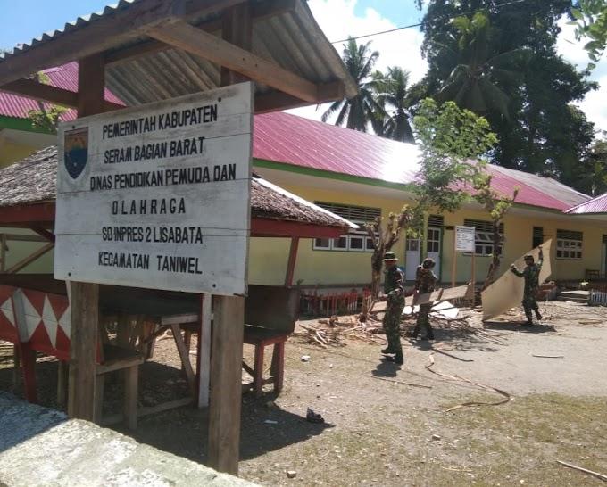Personel Satgas Ops Pamrahwan Maluku Yonif 136 Bantu Renovasi Sekolah