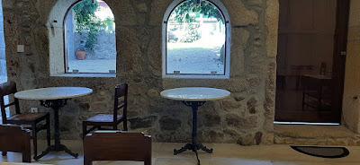 mesas e cadeiras do espaço de evento da Casa Mindela