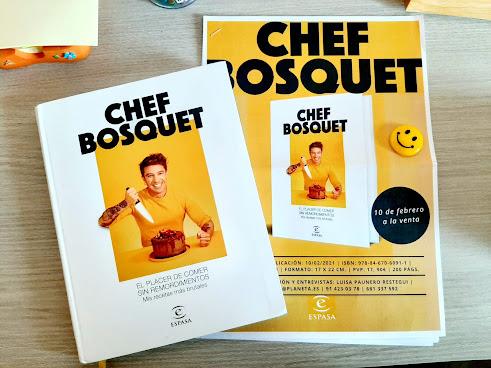 Libro El placer de comer sin remordimientos de Chef Bosquet. En la portada aparece el chef frente a un fondo amarillo cortando un pastel de chocolate.
