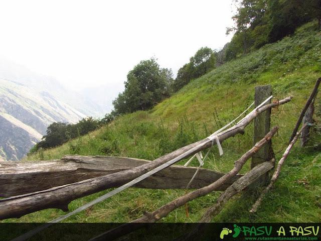 Valla antes de la pista que baja por el Valle de Tobao