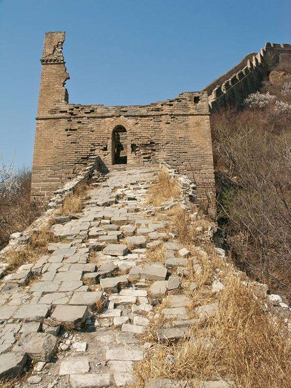 Gros plan sur une section en ruine de la Grande Muraille