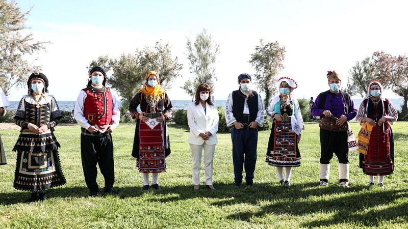 """Συνάντηση της Προέδρου της Δημοκρατίας με αντιπροσωπεία του Πολιτιστικού Συλλόγου Παραδοσιακών Χορών """"O Έβρος"""""""