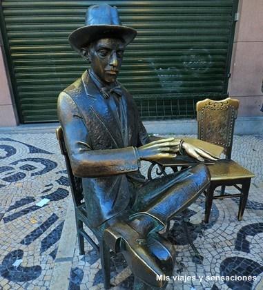 Estatua de Fernando Pessoa, café A Brasileira, Lisboa, Portugal